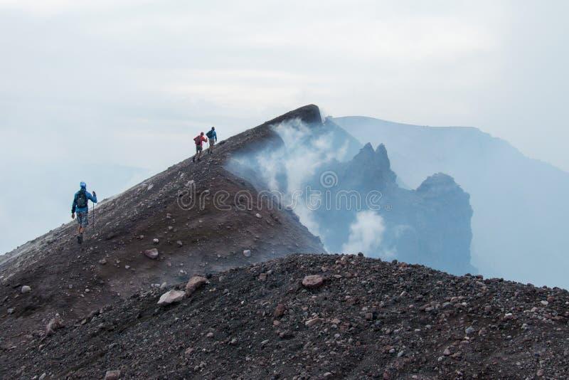 À parte superior do vulcão de Etna fotos de stock