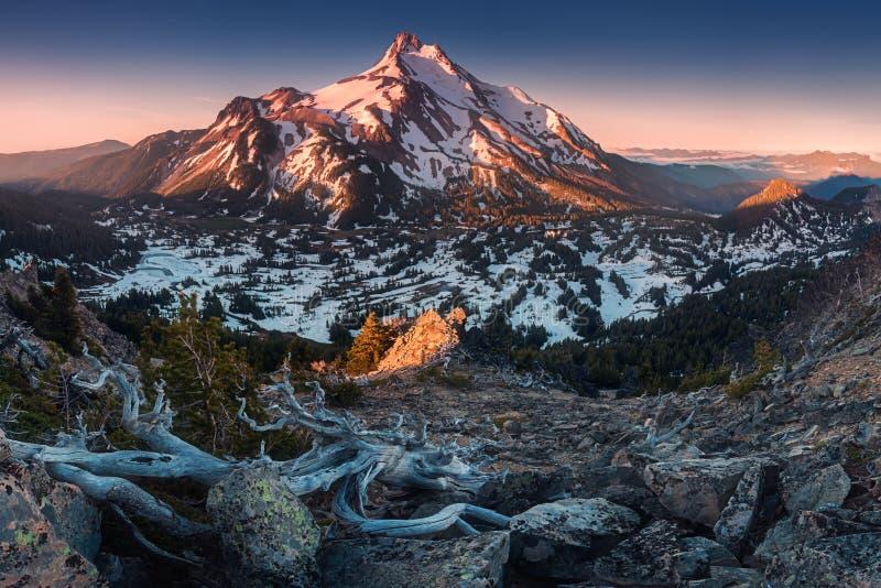 À 10 492 pieds de haut, Mt Jefferson est la montagne en second lieu la plus grande de l'Orégon Bâti Jefferson Wilderness Area, Or photos stock