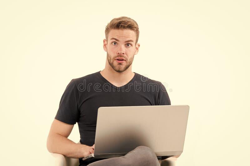 À procura da inspiração O homem com portátil surpreendido inspirou a ideia encontrada cara Não barbeado considerável do indivíduo imagens de stock royalty free