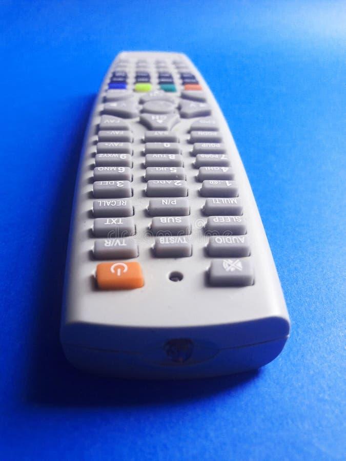 À télécommande à l'arrière-plan bleu image stock