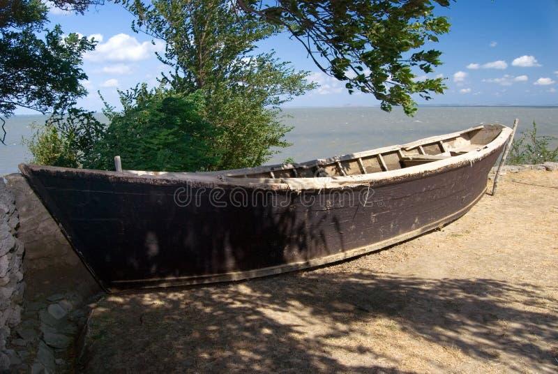 Vieux bateau à terre