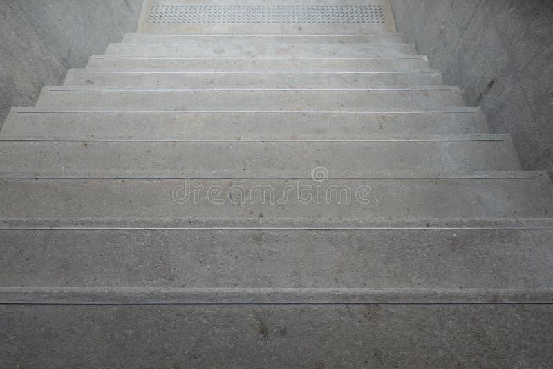 À travers des escaliers avec des balustrades pour équilibrer tout en montant le concept de construction de bâtiment de sécurité d images stock