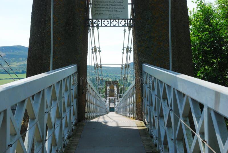 À travers le pont à chaînes au melrose photo libre de droits