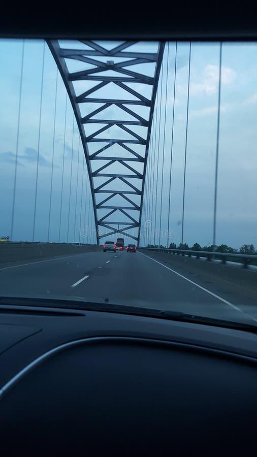À travers le pont photographie stock