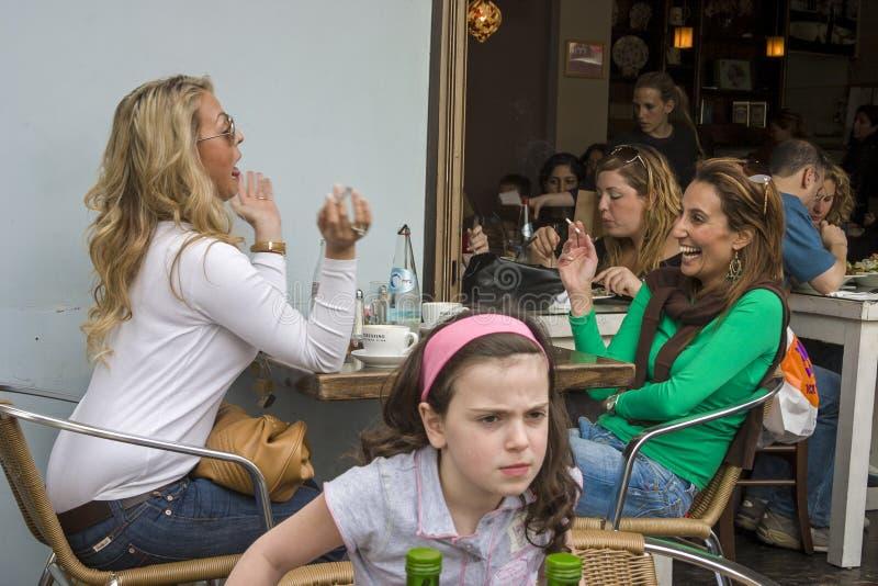 À un café-restaurant image stock