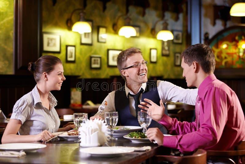 À un restaurant photos libres de droits