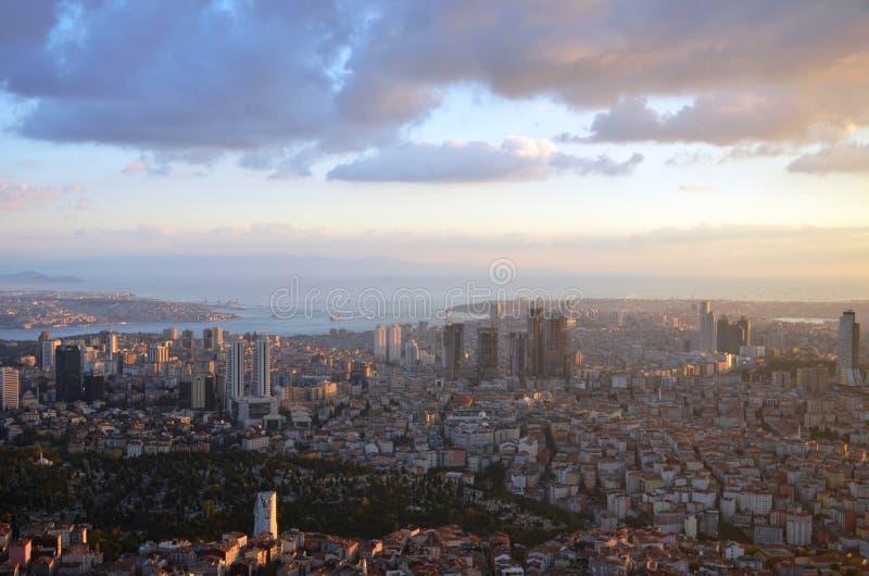 À une altitude de 280 mt dans le coucher du soleil d'Istanbul, le saphir était au mail regardant des photos photos stock