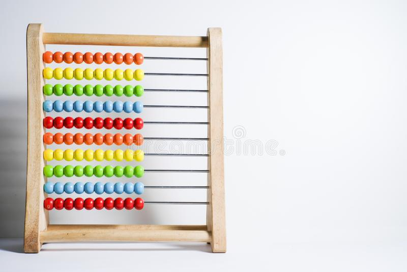 Ábaco com os grânulos coloridos isolados no fundo branco fotos de stock royalty free