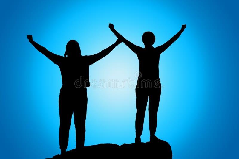 Ábrase los brazos, silueta de las mujeres en la puesta del sol ilustración del vector