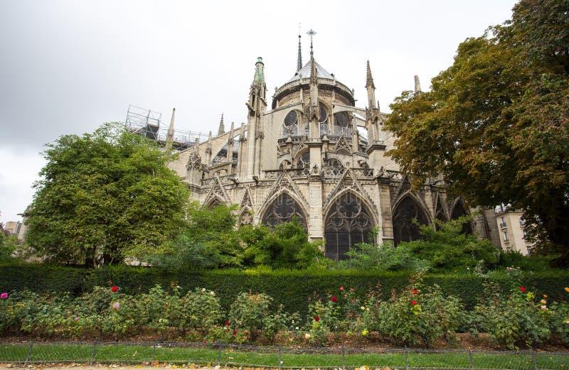 Ábside del fontaine de la Vierge del Notre-Dame de Paris y del La del cuadrado Jean-XXIII París, Francia fotos de archivo libres de regalías