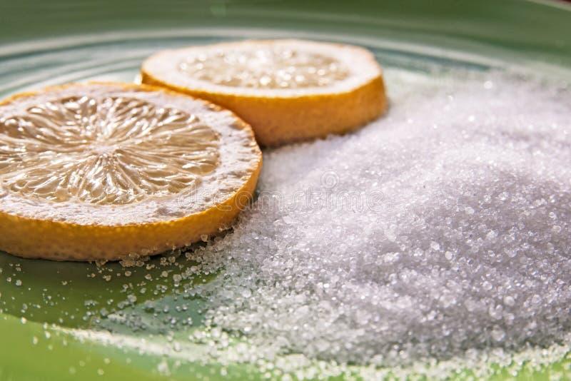 Ácido cítrico e duas fatias de um limão imagem de stock royalty free