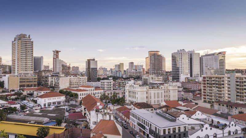 África Diferencia entre los edificios nuevos y viejos imagenes de archivo