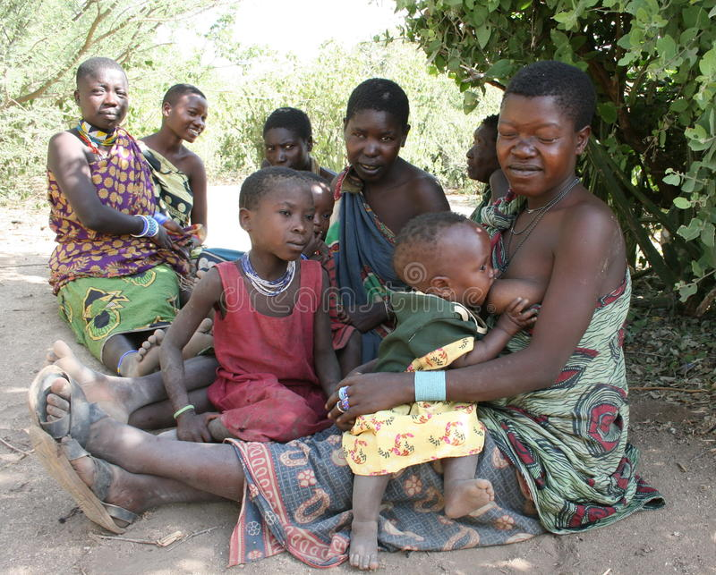África, Tanzania, mujeres y niños imagen de archivo