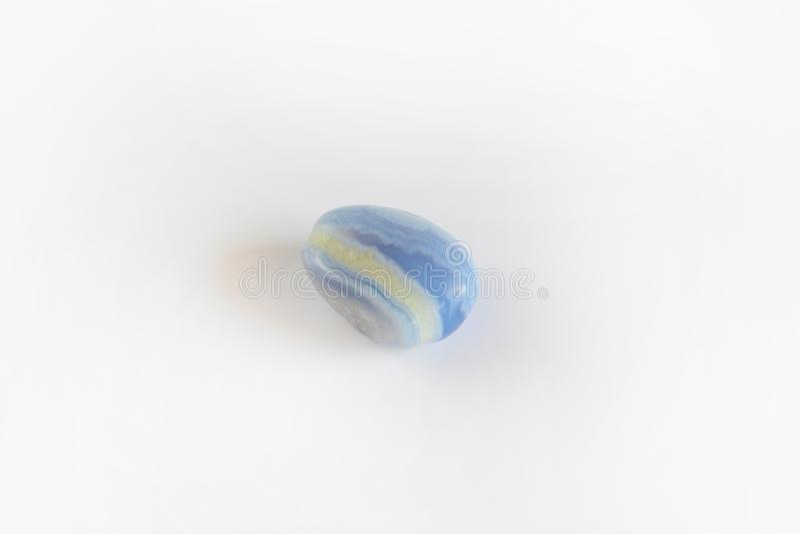 Ágata azul, pedra de gema mineral do sapphirine isolada no fundo branco fotografia de stock royalty free