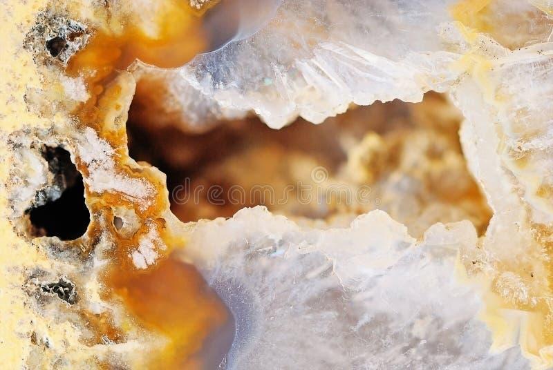 Ágata marrom natural com cristais fotos de stock royalty free