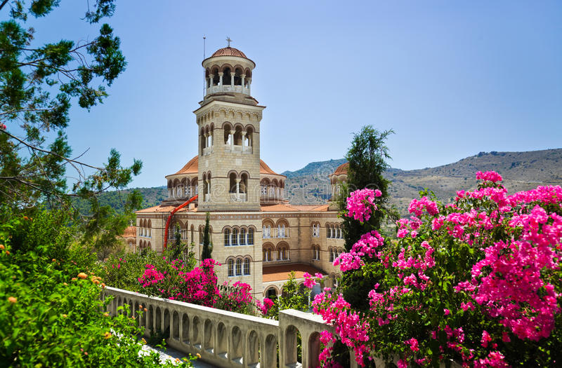 Ágios Nectarios da igreja no console Aegina, Greece foto de stock royalty free