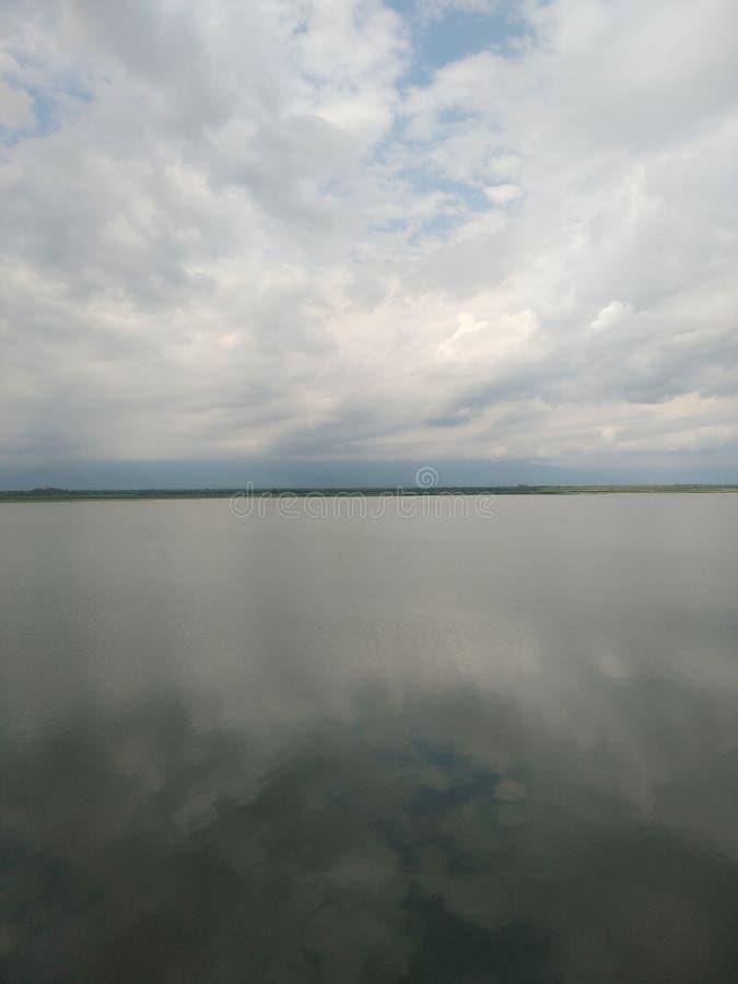 A água é clara como o espelho e você pode ver nuvens na água fotos de stock royalty free