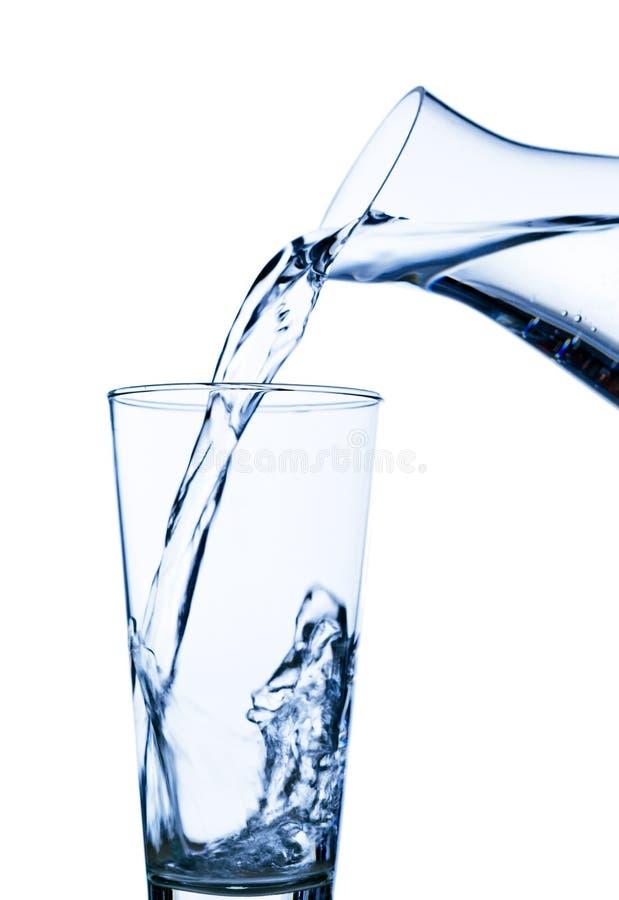 A água é enchida em um vidro da água fotos de stock royalty free