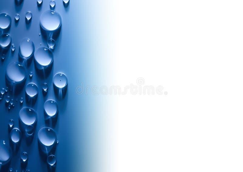 A água abstrata deixa cair o fundo com luz e branco bonitos fotografia de stock royalty free