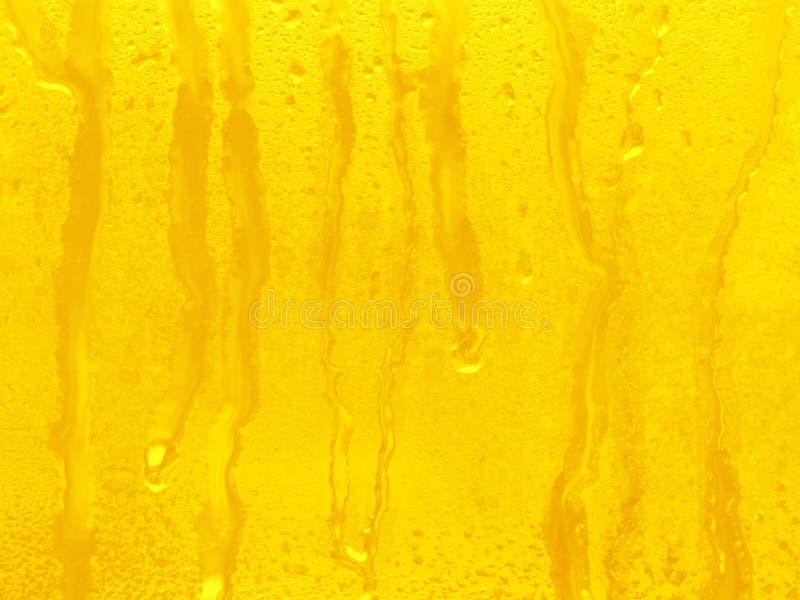 A água amarela deixa cair o fundo imagens de stock royalty free