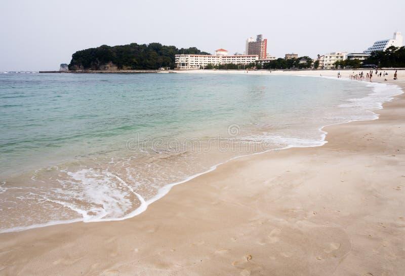 A água azul clara e a areia branca em Shirahama encalham em Japão imagem de stock royalty free