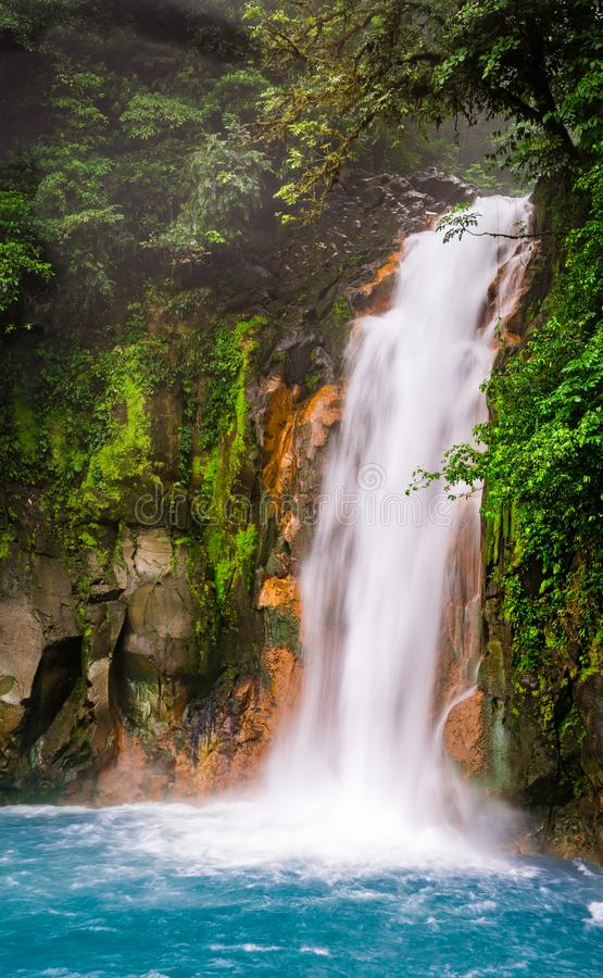 Água azul de turquesa da cachoeira de Rio Celeste foto de stock