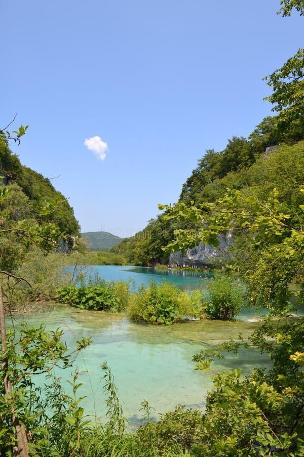 Água azul do lago no parque nacional, Croácia imagens de stock