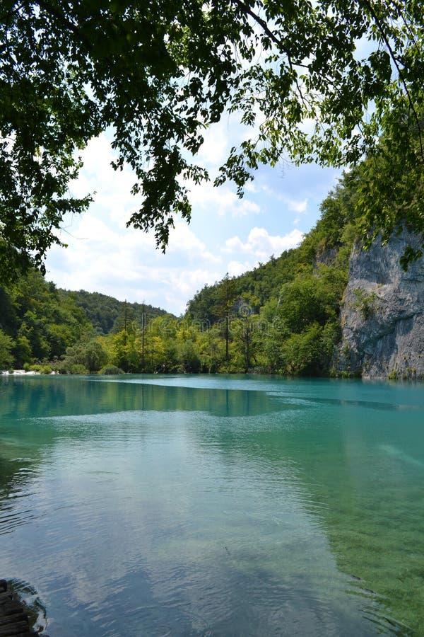 Água azul do lago no parque nacional, Croácia fotos de stock