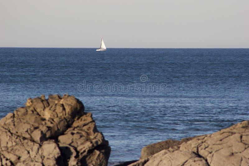 Água azul em um dia calmo fotografia de stock