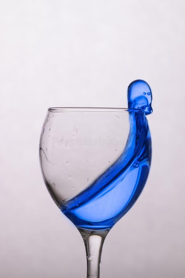 Água azul em um vidro claro imagens de stock