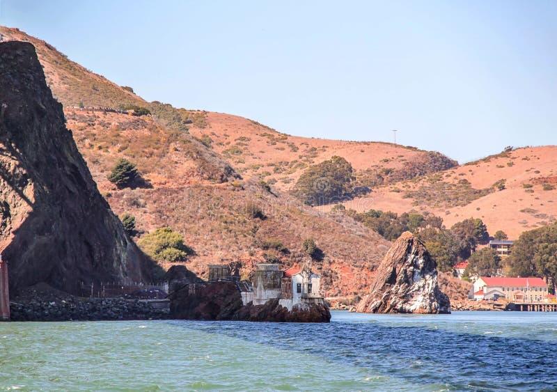 ?gua azul lindo do Oceano Pac?fico e montanhas de San Francisco Fundos bonitos da paisagem da natureza fotografia de stock royalty free