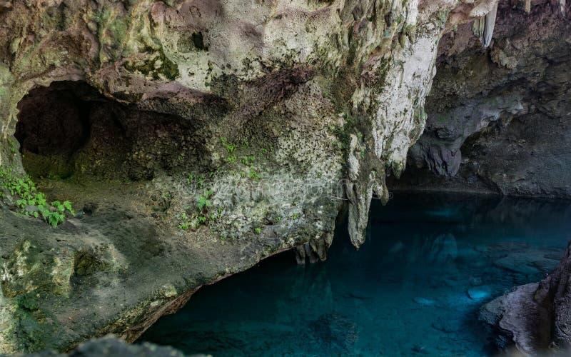 Água azul na caverna imagem de stock royalty free