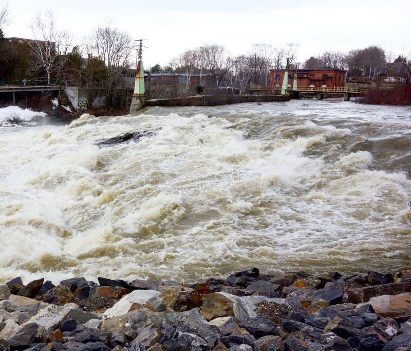 A água balança o poder perigoso do perigo fotos de stock royalty free