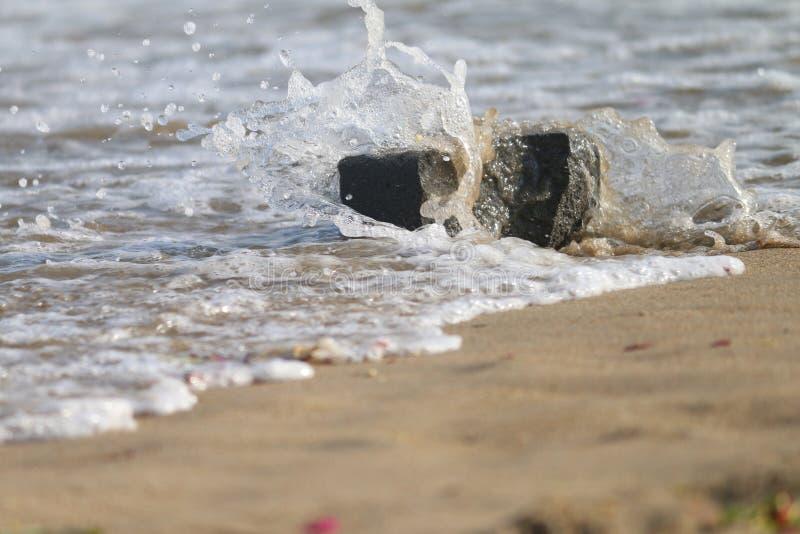 A água bateu a pedra natural dentro nos arredores mais bonitos fotos de stock royalty free