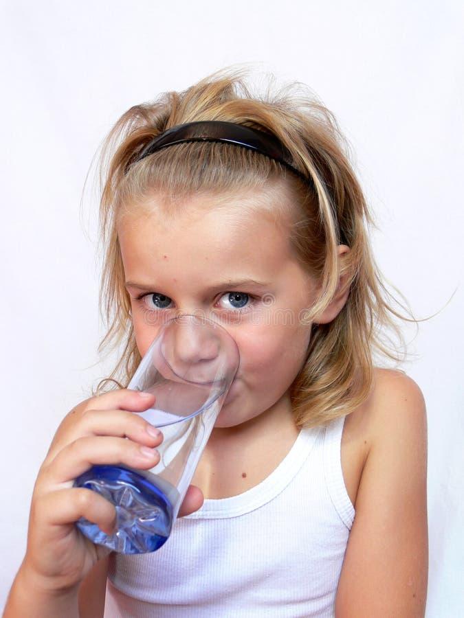 Água bebendo da criança imagem de stock