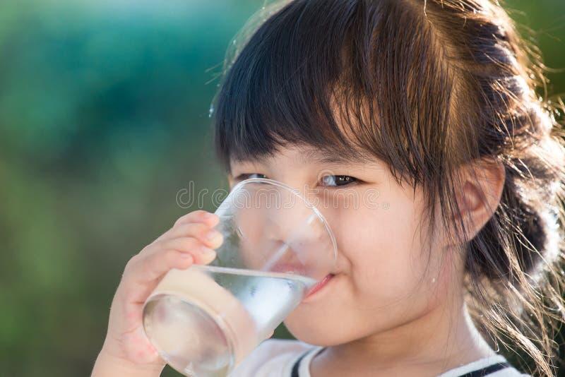 Água bebendo da menina imagens de stock