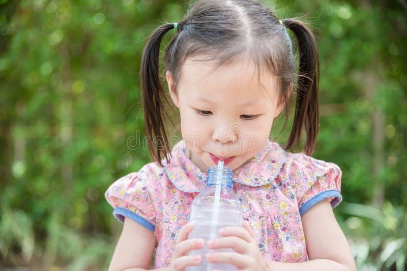 Água bebendo da menina do frasco foto de stock royalty free