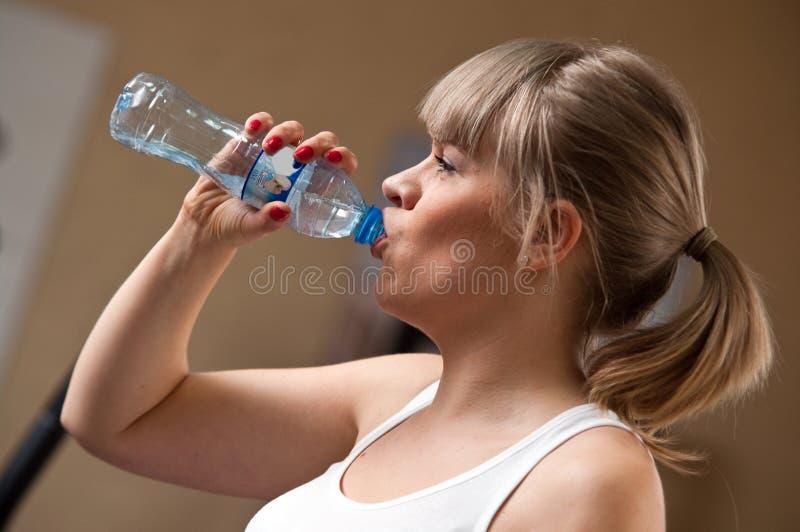 Água bebendo da mulher fotografia de stock royalty free