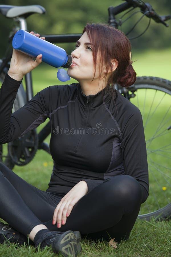 Água bebendo da mulher da aptidão imagem de stock royalty free
