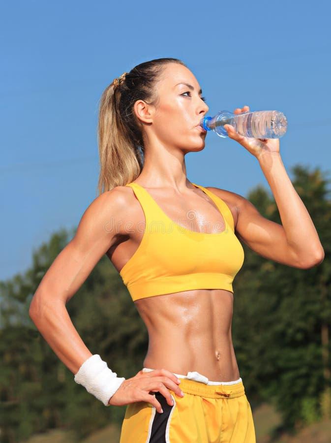 Água bebendo da mulher do atleta fotos de stock