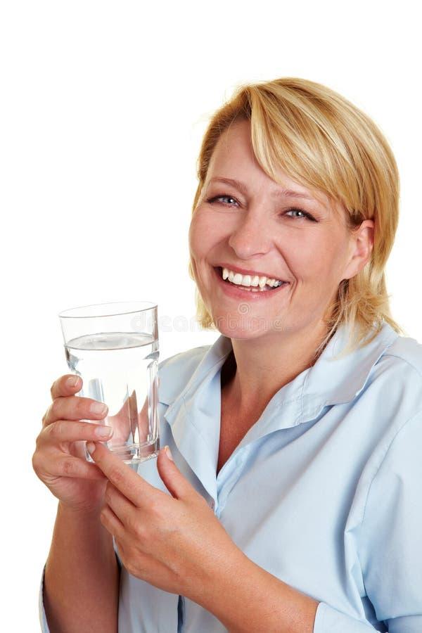 Água bebendo da mulher feliz fotografia de stock royalty free