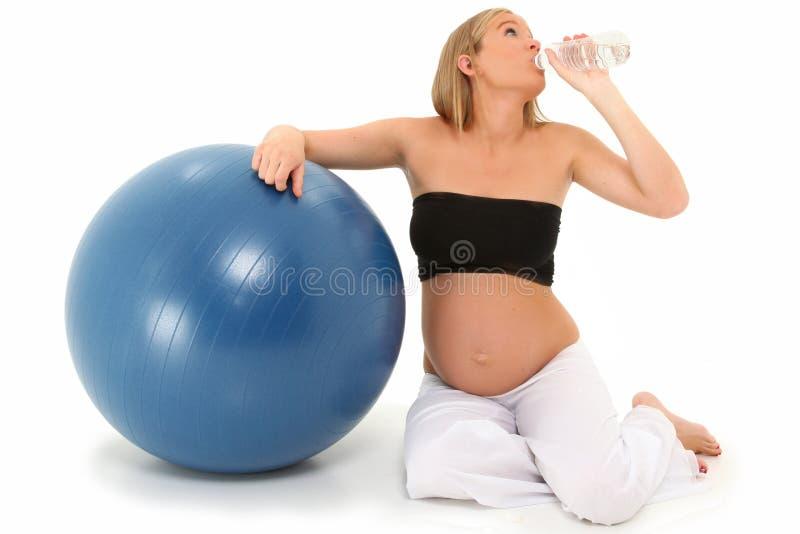 Água bebendo da mulher gravida bonita fotografia de stock