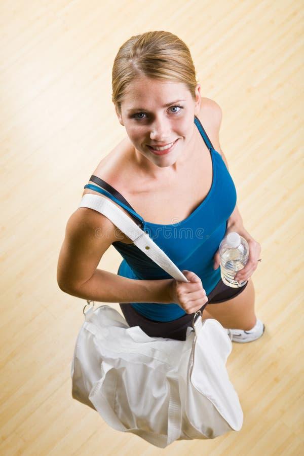 Água bebendo da mulher no clube de saúde fotos de stock royalty free