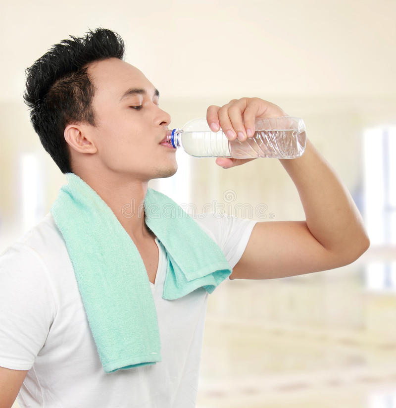 Água bebendo do homem da aptidão imagens de stock royalty free