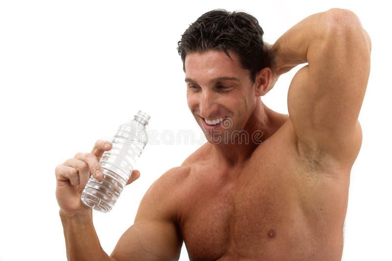 Água bebendo do homem do músculo foto de stock