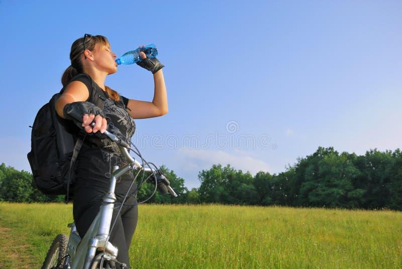 Água bebendo do motociclista foto de stock