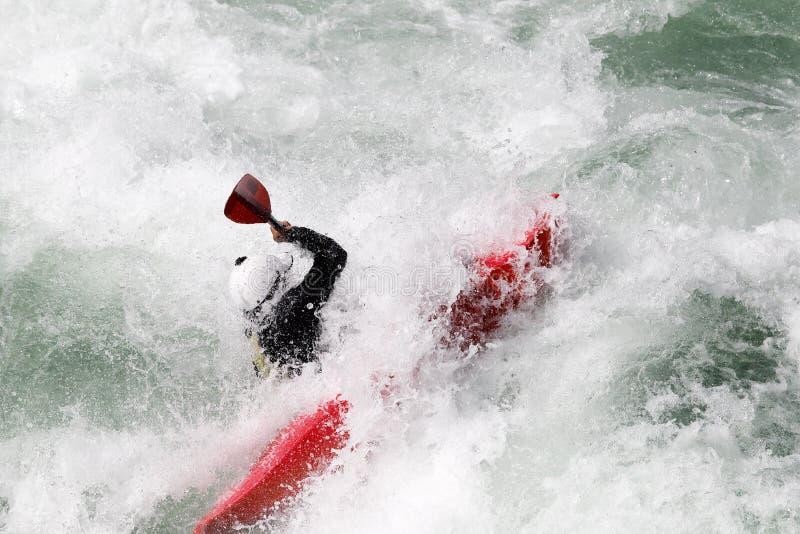 Água branca que kayaking na corredeira do rio foto de stock
