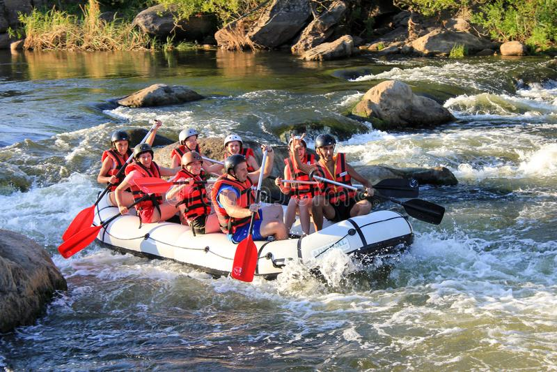 Água branca que transporta na corredeira do rio Maetang em Chiang Mai, Tailândia O rio de Maetang é imagens de stock royalty free