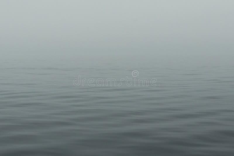 Água calma do Lago Huron com ondinhas no backgrou do amanhecer imagem de stock