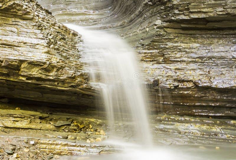 Água calma lenta da rede da cachoeira da montanha e sentido leitoso branco da cor da paz de espírito fotos de stock